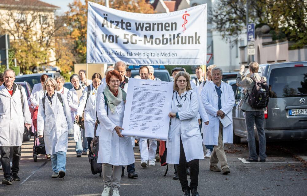Ärzte-Delegation zieht vors Staatsministerium Übergabe eines Offenen Briefes zu 5G in Stuttgart